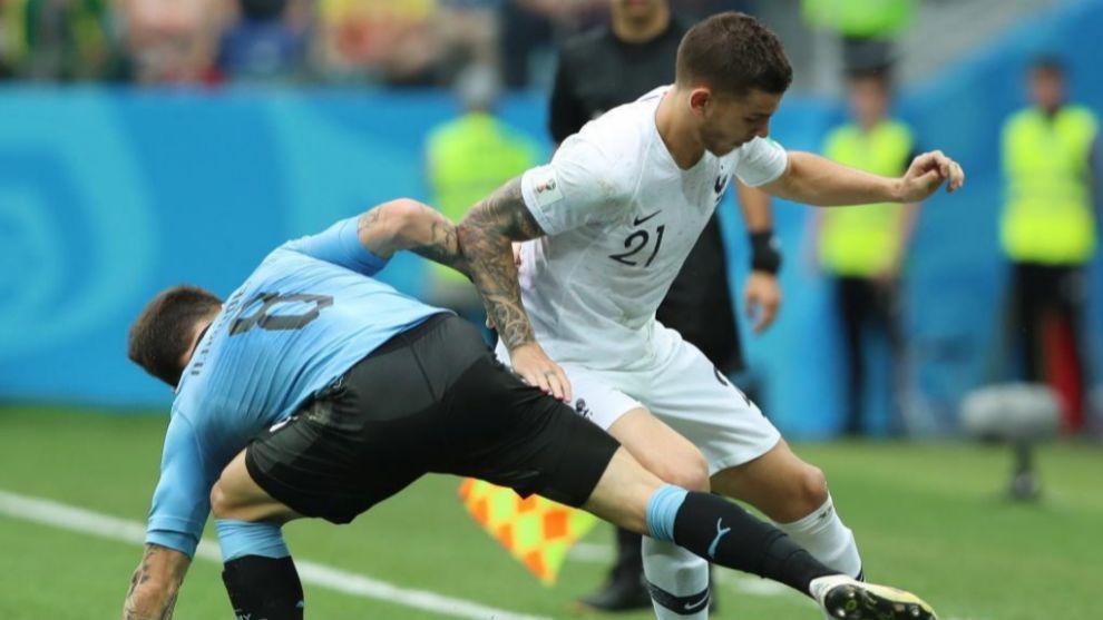 Lucas pelea con un jugador Uruguay por la pelota