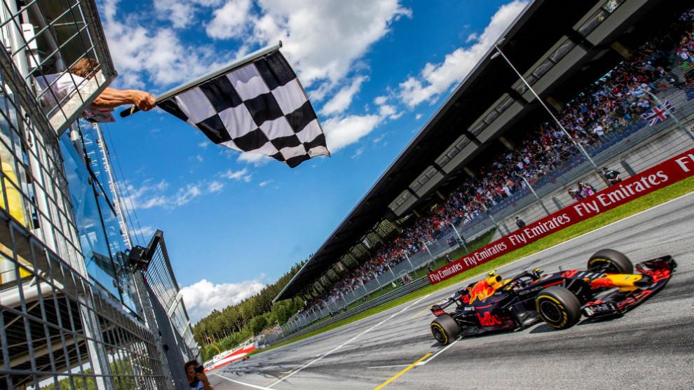 Max Verstappen, cruzando en primer lugar la meta del GP de Austria
