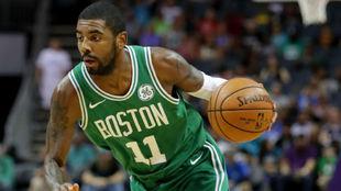 Kyrie Irving jugando con los Celtics en la temporada 2017-18