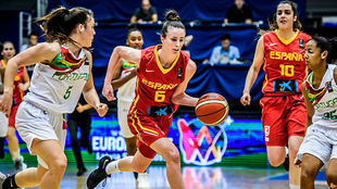 La española Aina Ayuso inicia un contraataque en el partido ante...