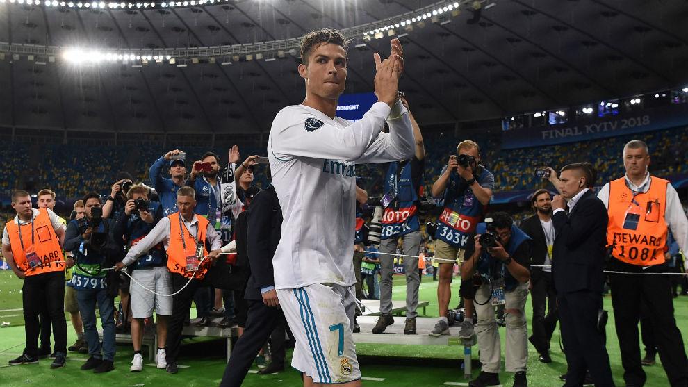 Cristiano aplaude a los aficionados en el césped del Olímpico de...