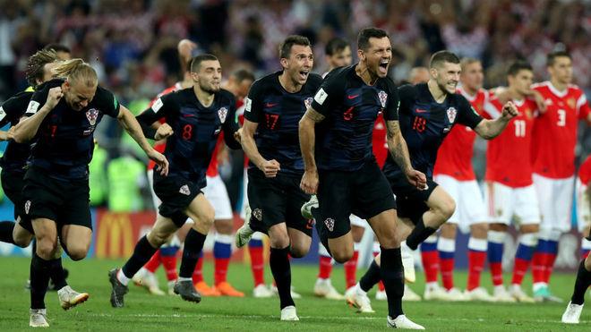 Los jugadores croatas celebran el penalti marcado por Rakitic.