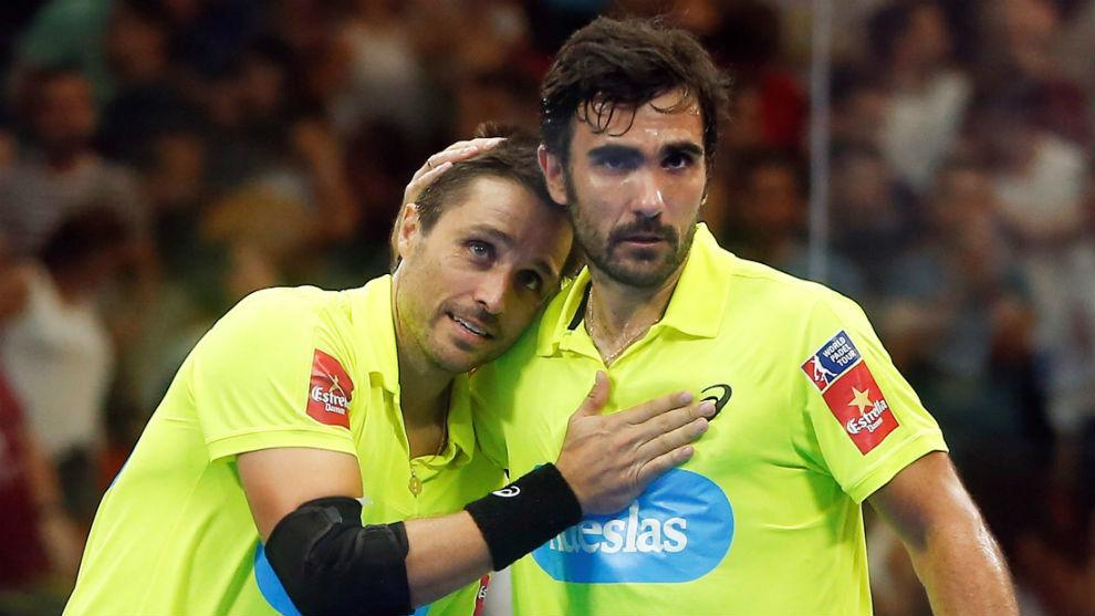 Pablo Lima y Fernando Belasteguín se abrazan tras una victoria en...