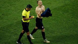 Vida se pone la camiseta tras quitársela en la celebración de su gol...