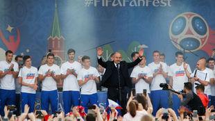 El seleccionador Cherchesov se dirige al público con sus jugadores...
