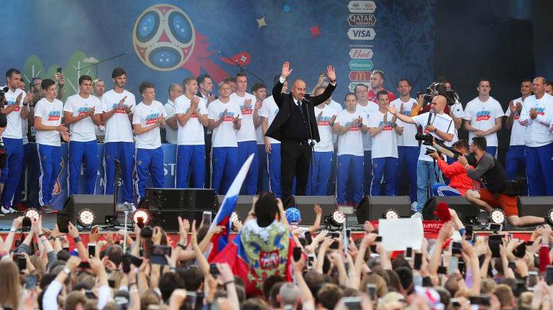 Cherchesov saluda al público en el FIFA Fan Festival.