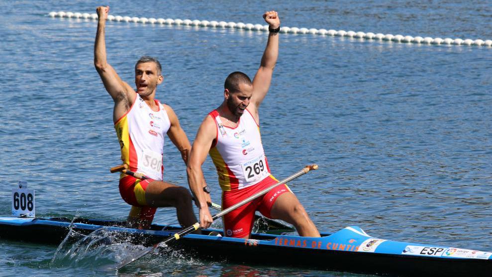 Óscar Graña y Diego Romero celebran el oro conseguido en C2.