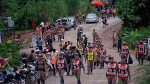 La policía tailandesa en los aledaños de la cueva de Tham Luang.