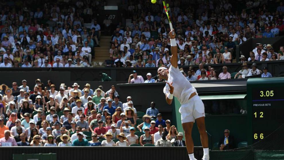 Nadal ejecuta un servicio en su partido ante De Miñaur en Wimbledon