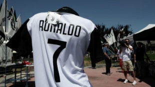 Camisetas de la Juve de Ronaldo ya se venden junto al estadio del...