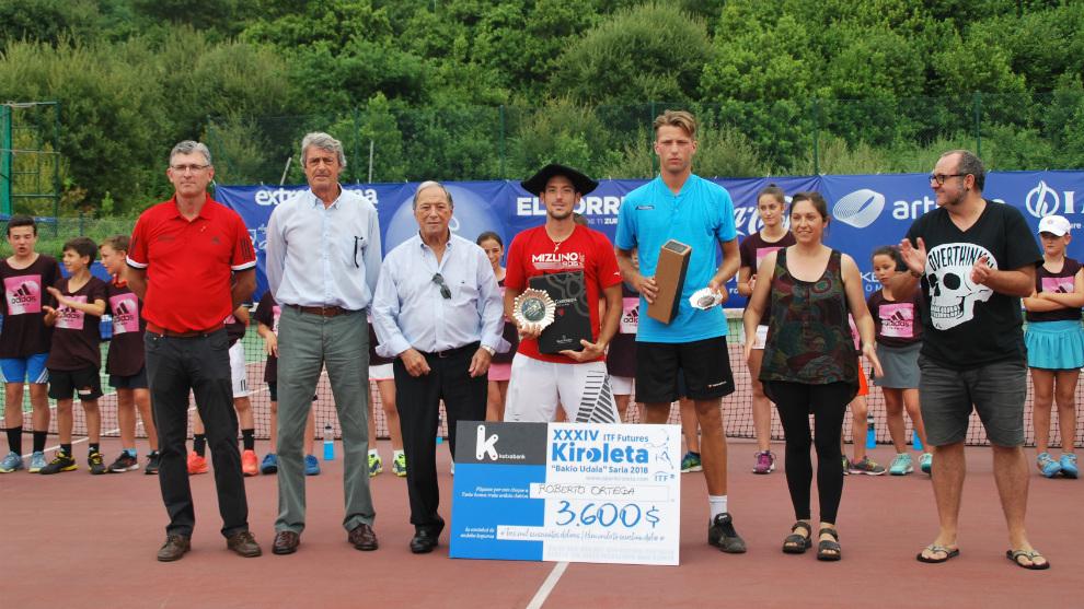 Entrega de trofeos a Ortega y Grenier en el Open Kiroleta de Bakio