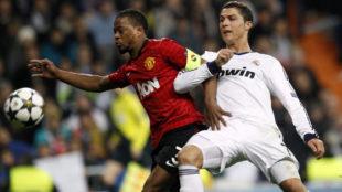 Evra y Cristiano pugnan por un balón en los octavos de la Champions...