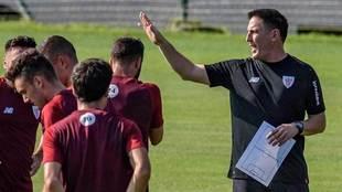 Berizzo, dando indicaciones a los jugadores durante el primer...
