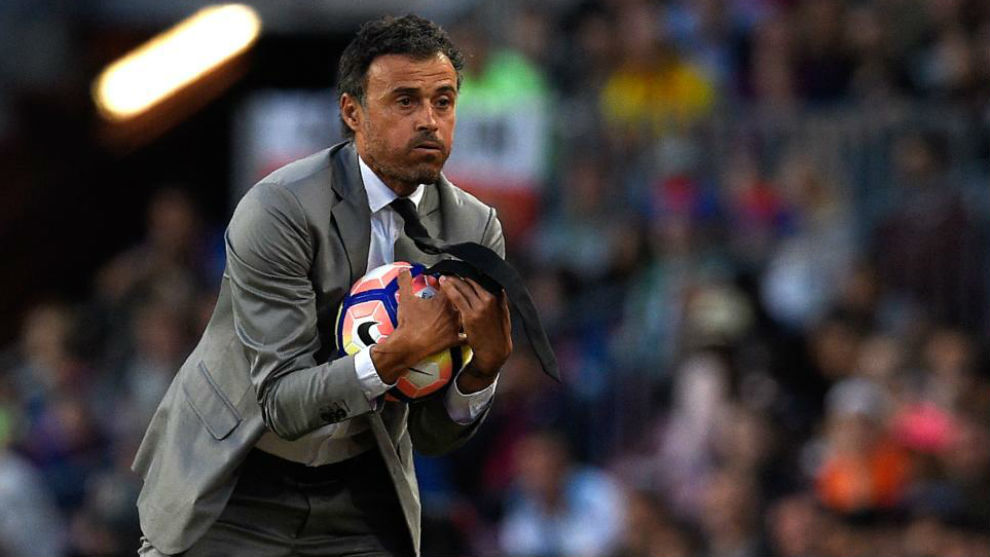 Luis Enrique atrapa un balón durante un partido de Liga