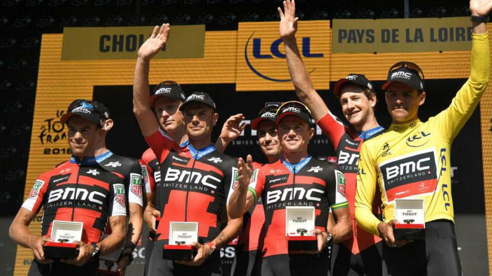 El equipo BMC celebrando su triunfo en la crono por equipos del Tour.