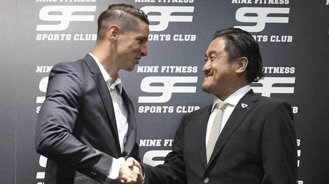 Torres y el presidente del Sagan Tosu se dan la mano.