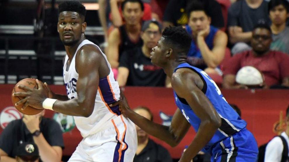 Deandre Ayton defendido por Mohamed Bamba en las Ligas de Verano NBA