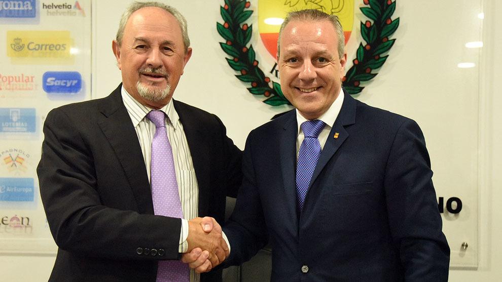 El presidente de la ASOBAL, Adolfo Aragonés, y el presidente de la...
