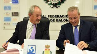 Adolfo Aragonés, presidente (ASOBAL) y Francisco Blázquez,...