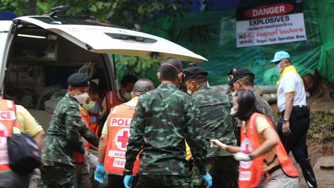 Culmina con éxito el rescate de los 12 niños atrapados junto a su...