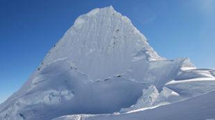 La montaña peruana de Alpamayo, nevada