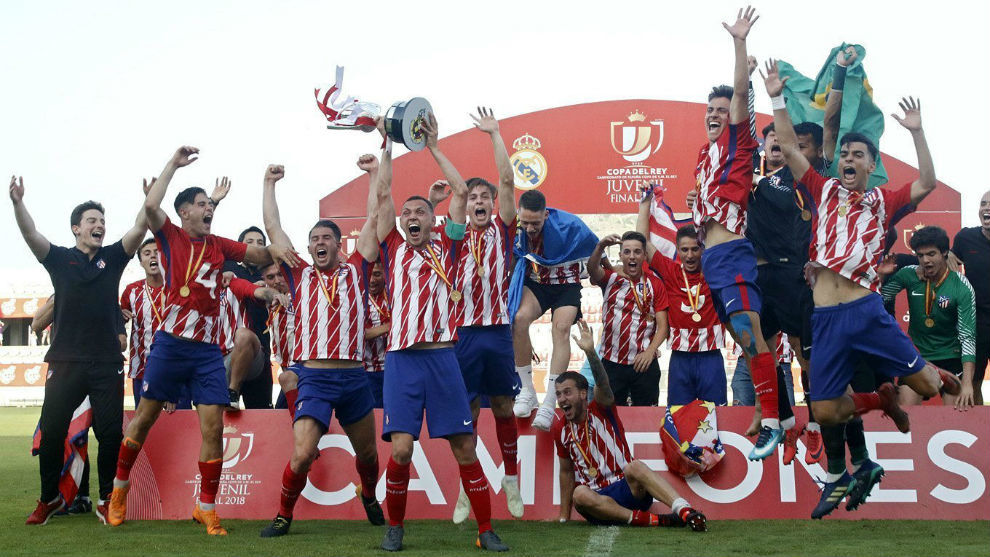 Los juveniles del Atlético, tras la conquista de la Copa del Rey la...