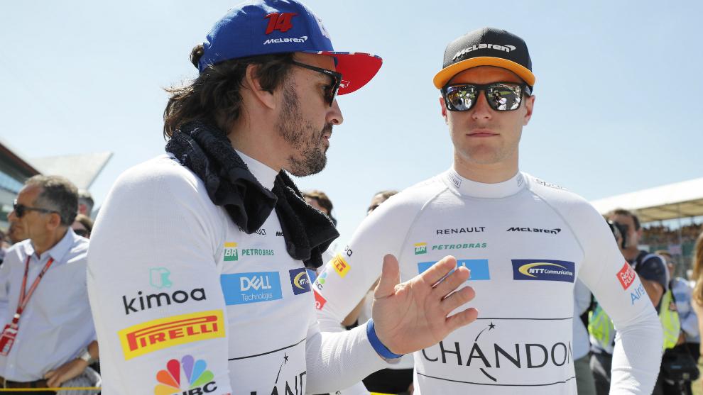 Alonso habla con Vandoorne.