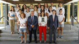 La selección española posa junto a María José Rienda en la puerta...