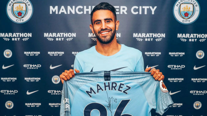 Mahrez posa con la camiseta del City.