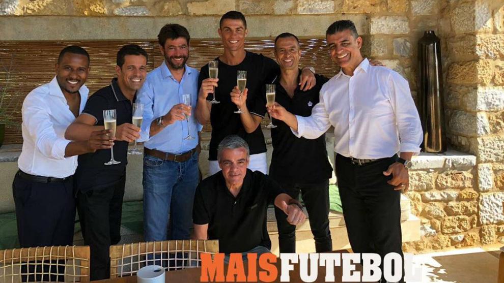 Ronaldo cùng chủ tịch nâng ly mừng gia nhập Juventus