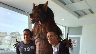 Óscar Rojas posa junto al licántropo de los hermanos Olarte