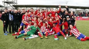 Jugadores y cuerpo técnico del Madrileño juvenil, con Carlos...