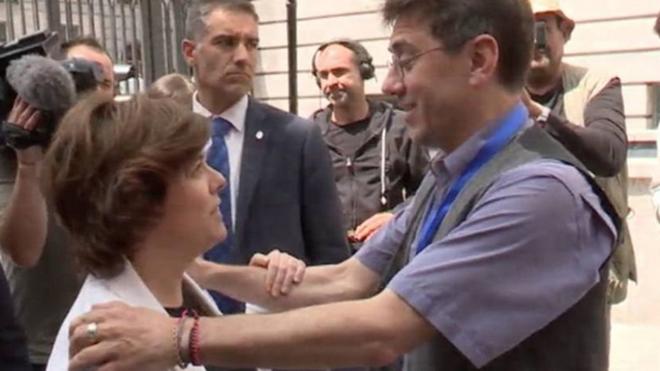 Soraya Sáenz de Santamaría y Juan Carlos Monedero en la puerta del...