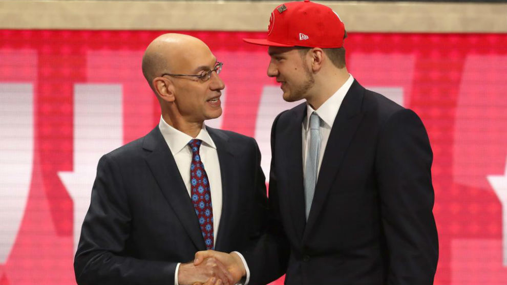 Adam Silver, comisionado de la NBA, felicita a Doncic en la ceremonia...