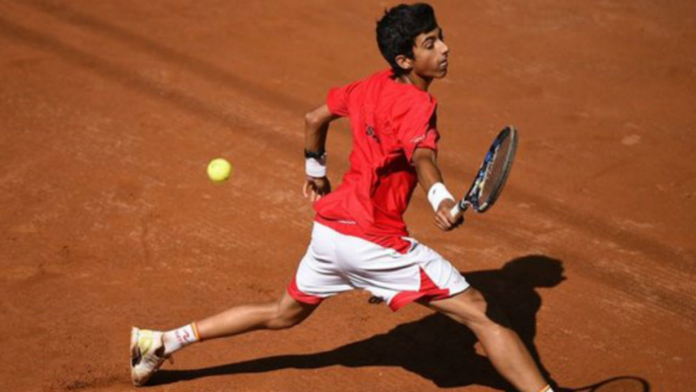 Álvarez Varona intenta devolver una pelota de revés