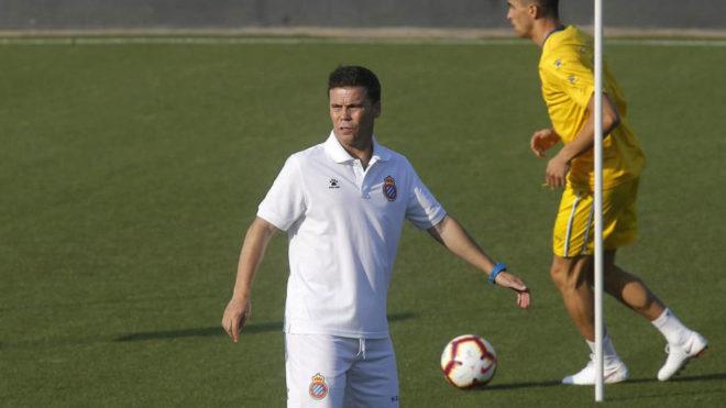 Rubi dirige un entrenamiento del Espanyol.