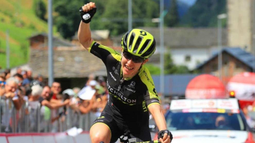 Amanda Spratt (Mitchelton-Scott) celebra la victoria en la sexta...
