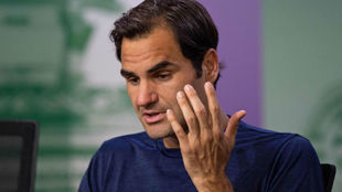 Federer da explicaciones en la sala de prensa
