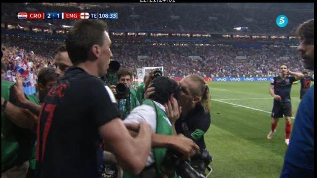 Fotoperiodista salvadoreño celebra junto a los croatas su pase a la final