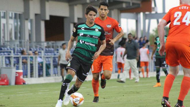 Carlos Orrantia conduce el balón ante Toro RVG