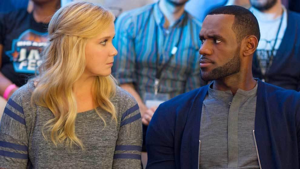 LeBron James junto a Amy Schumer en la película 'Y de repente tú'