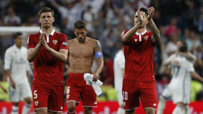 Lenglet y Vitolo aplauden a la afición en el Bernabéu.
