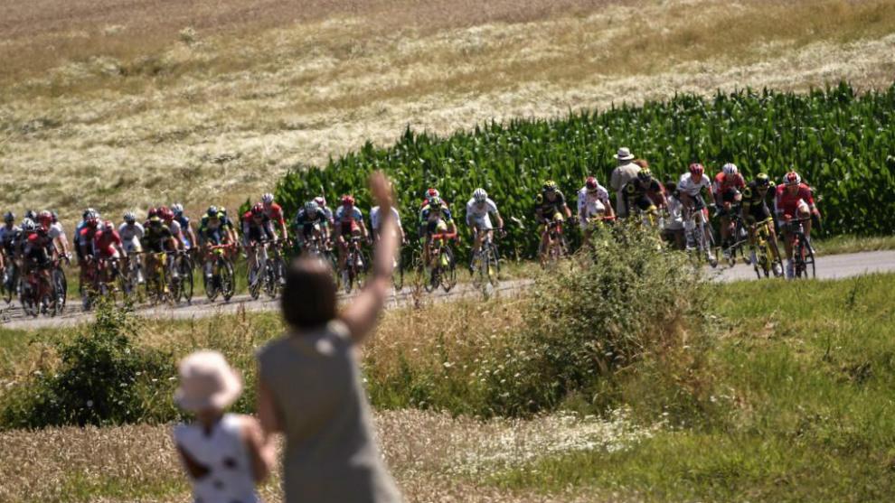 Aficionados saludan al pelotón del Tour.