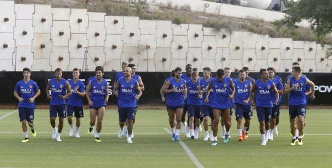 La plantilla del Valencia durante un entrenamiento.