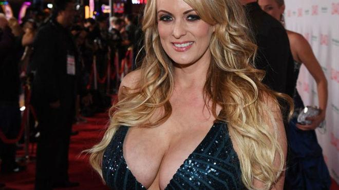 Detenida la actriz porno Stormy Daniels por dejarse tocar en un 'striptease'