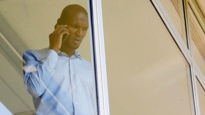 Abidal charla por teléfono en la Ciudad Deportiva Joan Gamper.