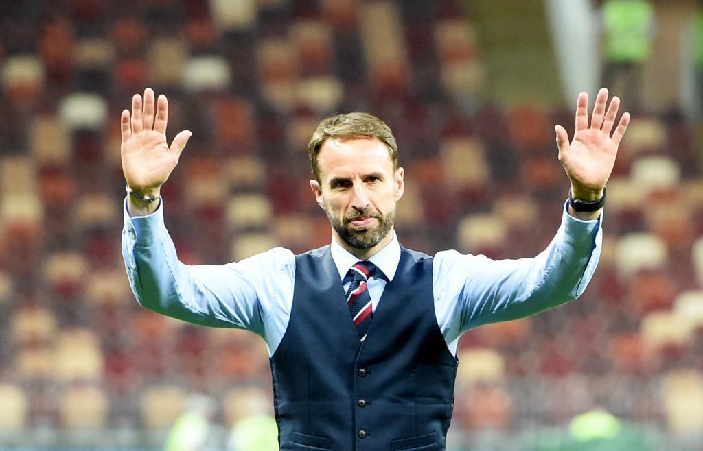 Southgate, saluda a la afición inglesa.