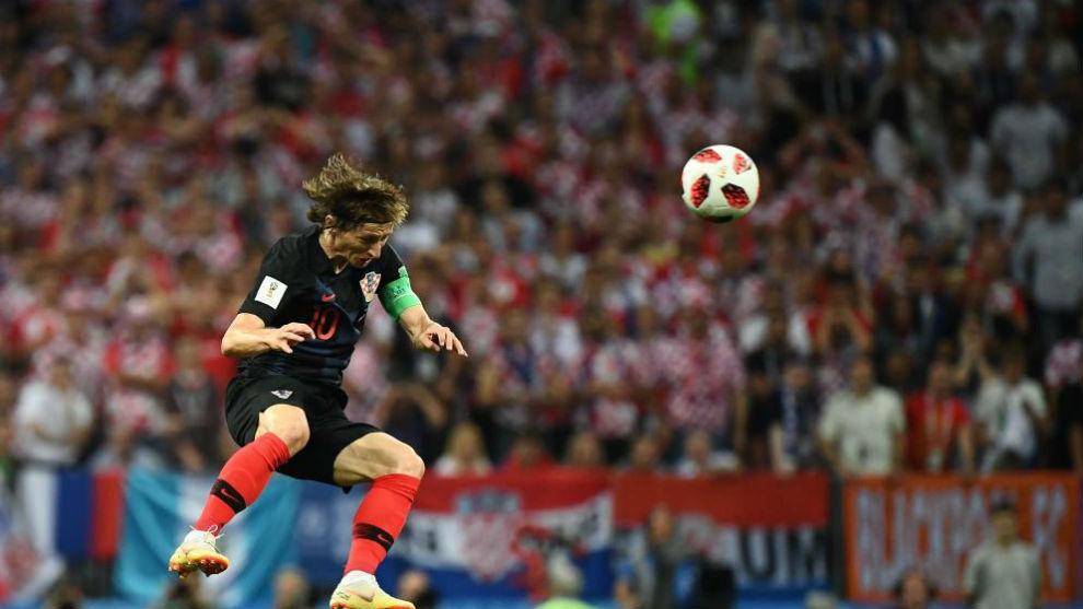 Modric salta a por un balón durante el partido contra Inglaterra.