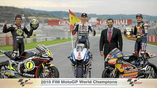 Elías, Lorenzo y Márquez posan con el entonces Príncipe Felipe tras...