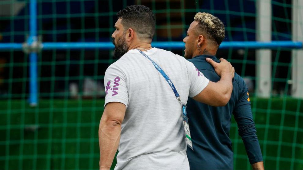 Neymar se retira de un entrenamiento en Sochi con molestias...